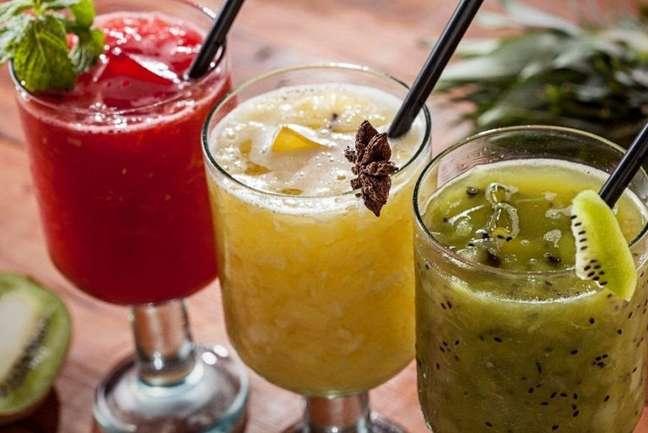 Guia da Cozinha - Dia da Cachaça: aprenda a preparar caipirinhas com diferentes frutas
