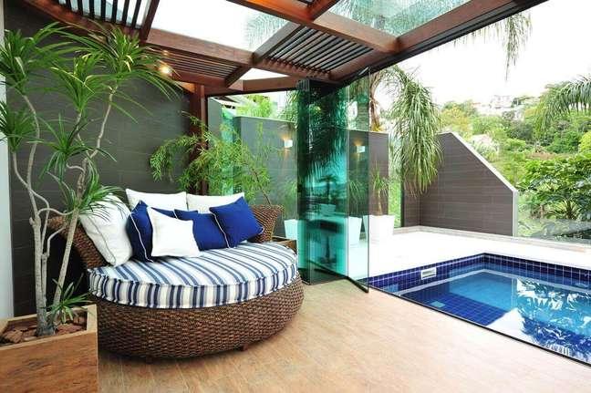 24. Pergolado coberto de vidro com chaise área externa redonda – Foto Anna Maya Arquitetura
