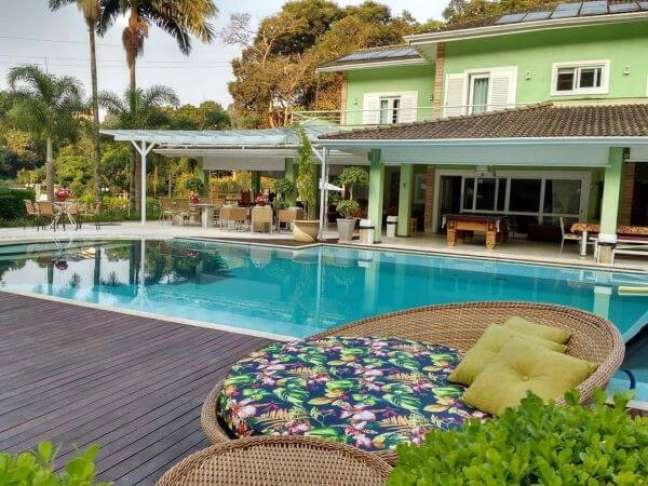 6. Chaise estampada para área externa na beira da piscina – Foto Recanto Cantareira