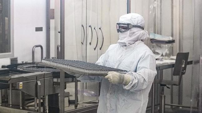 O processo de fabricação, envase e controle de qualidade costuma demorar cerca de três semanas no Instituto Bio-Manguinhos, da FioCruz