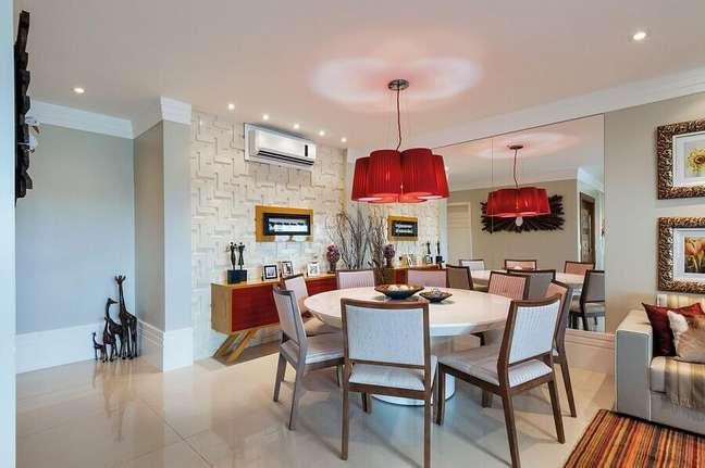 48. Espelho na sala de jantar e estar integradas decorada com lustre vermelho e parede 3D – Foto: Manoela Lustosa da Silva