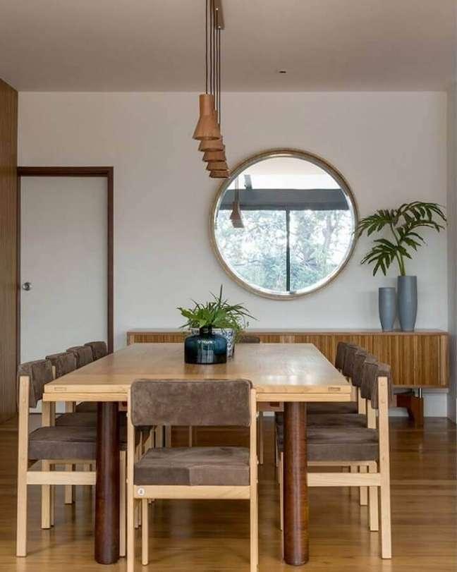 46. Espelho na sala de jantar decorada com moveis de madeira e cadeiras estofadas – Foto: Mariana Linhares Interiores