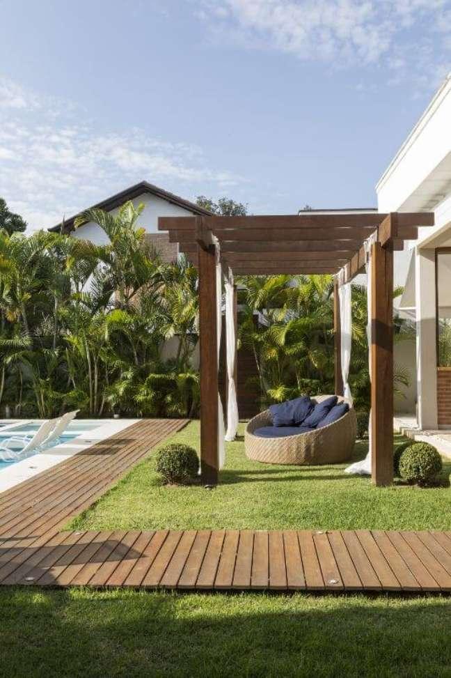 26. Pergolado de madeira com chaise área externa e piscina em frente – Foto Studio Deux