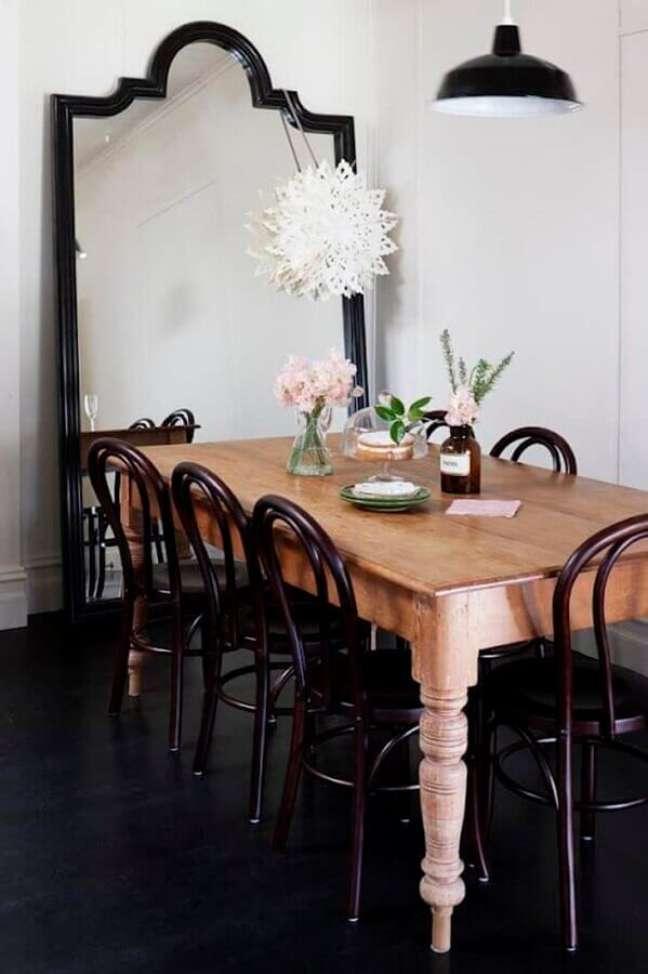 3. Decoração com mesa de madeira e espelho grande na sala de jantar – Foto: Apartment Therapy