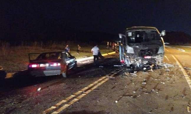 Resultado do acidente entre caminhonete e micro-ônibus que transportava atletas de time de vôlei na BR-282.