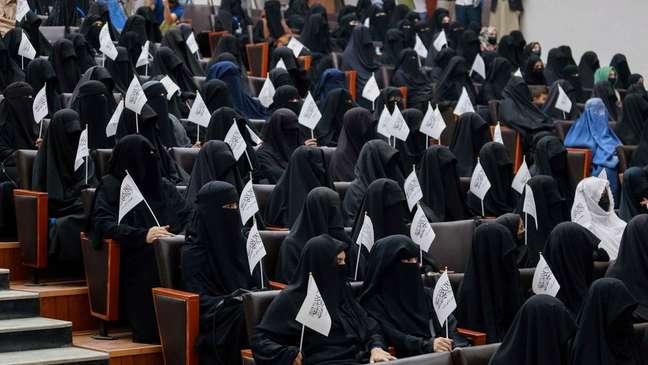 Estudantes pró-Talebã comparecem a comício na Shaheed Rabbani Education University, em Cabul, no sábado