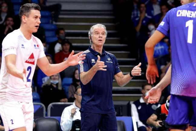 Bernardinho comanda a seleção francesa durante jogo do Europeu de vôlei