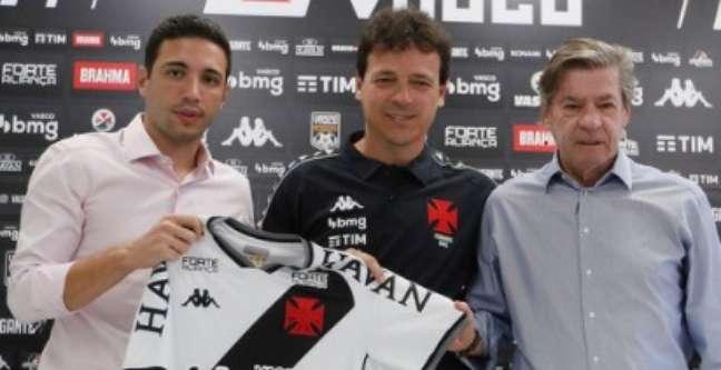Fernando Diniz (ao centro) durante apresentação oficial como novo técnico do Vasco