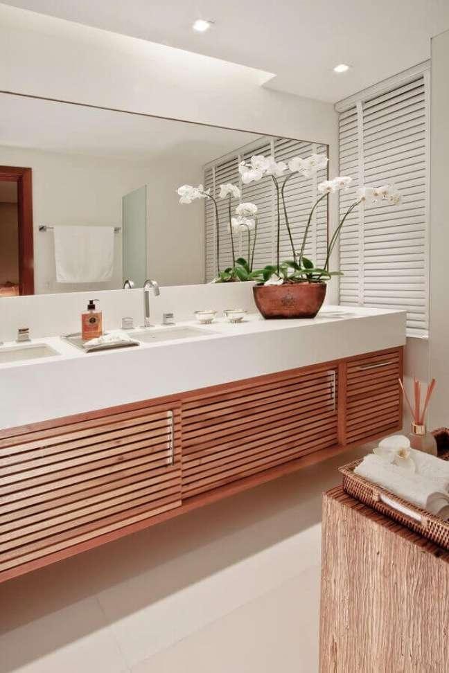 63. Vaso de flores para decoração de banheiro bonito branco com gabinete de madeira – Foto: Juliana Santana