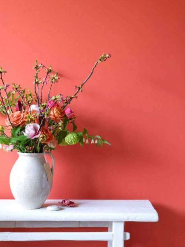 70. Parede cor coral com vaso de flores – Foto Simplichique