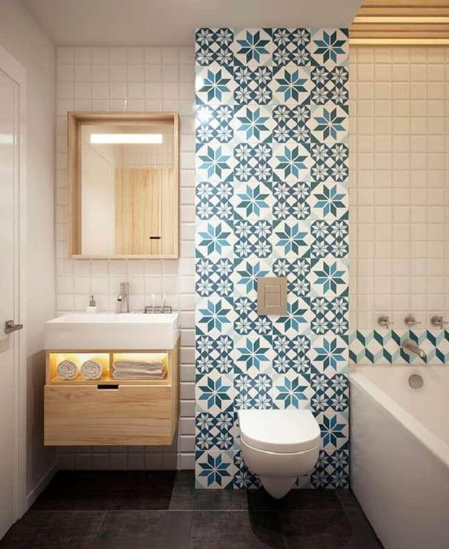 11. Azulejo antigo para decoração de banheiro bonito com gabinete de madeira pequeno – Foto: Archidea