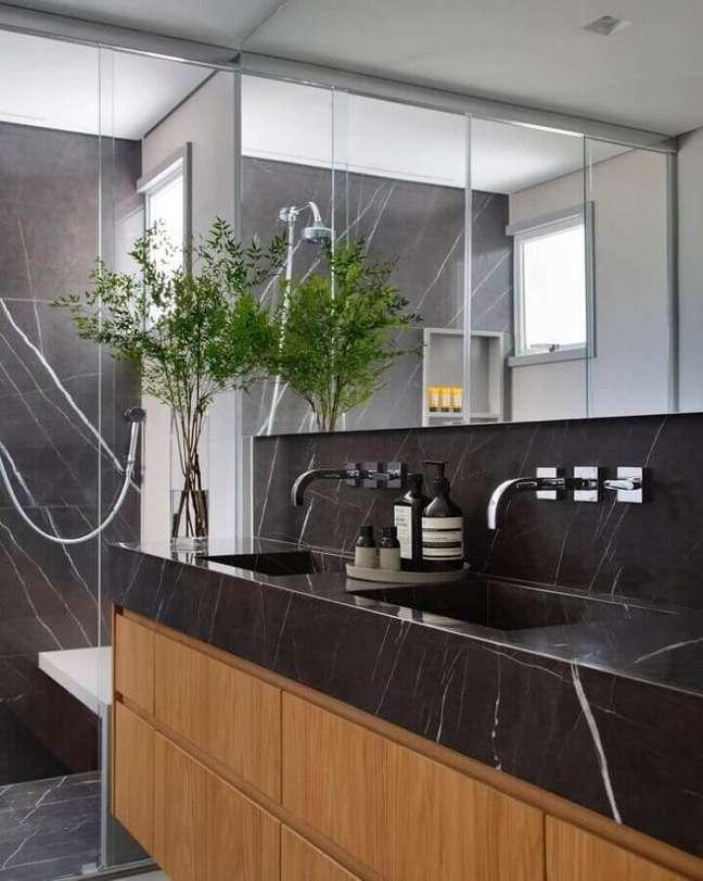 24. Decoração de banheiro bonito com bancada de mármore preto – Foto: Estúdio 035 Arquitetura