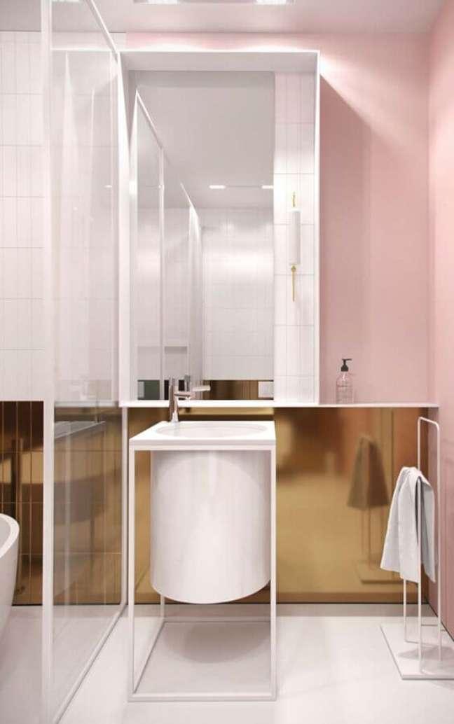 22. Decoração clean para banheiro bonito com revestimento metalizado – Foto: Home Fashion Trend