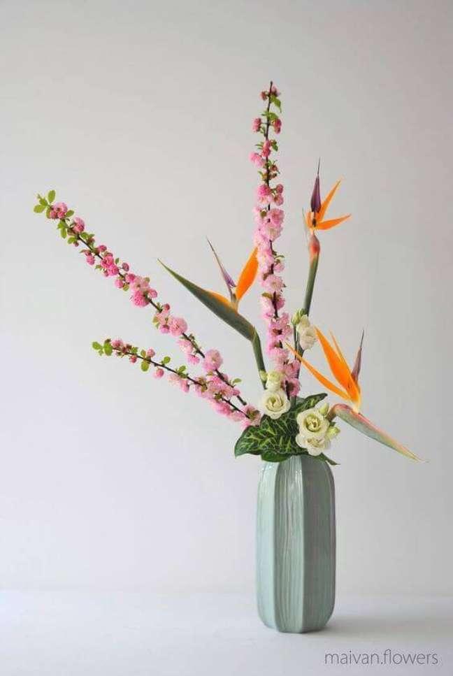 62. Flores coloridas ikebana com vaso verde claro – Foto Maivan Flowers
