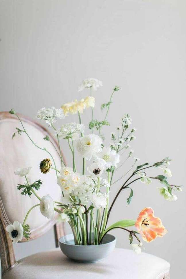 9. Decoração chique com ikebana de flores brancas e amarelas – Foto Elle Decor