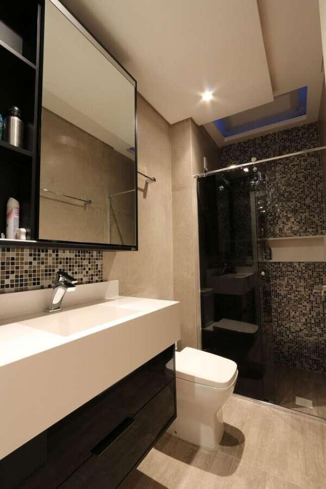 27. Decoração de banheiro bonito e simples com pastilha preta – Foto: ZaaV Arquitetura