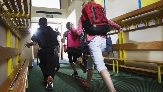 Caso ocorrido na Califórnia ilustra a importância de se manter rígidos protocolos sanitários em escolas e não se ignorarem sintomas, mesmo que leves