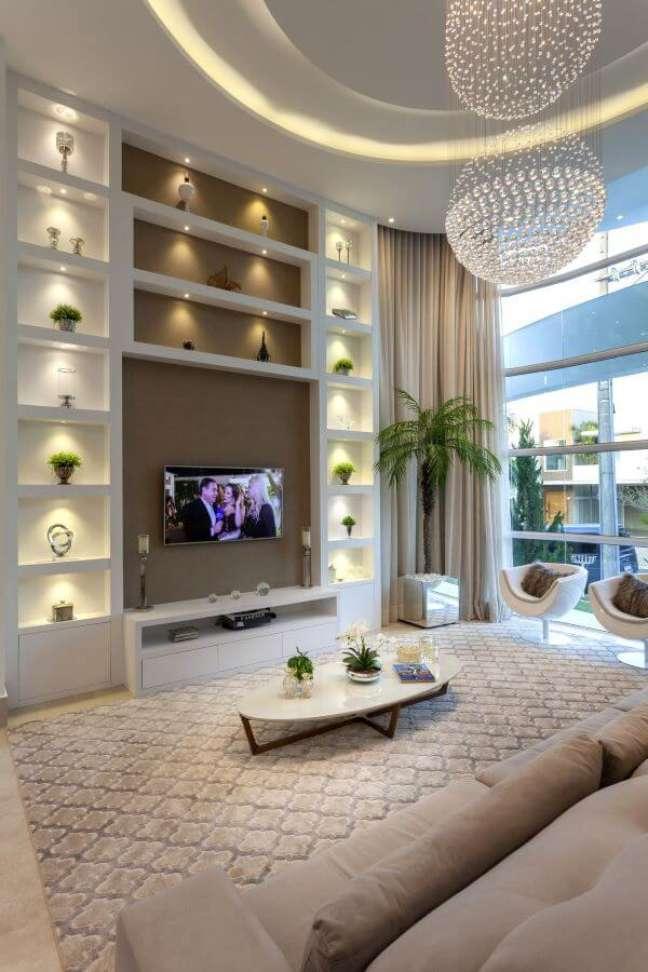 13. Sala de estar decorada com vasos de flores e plantas – Foto Aquiles Nicolas Kilaris