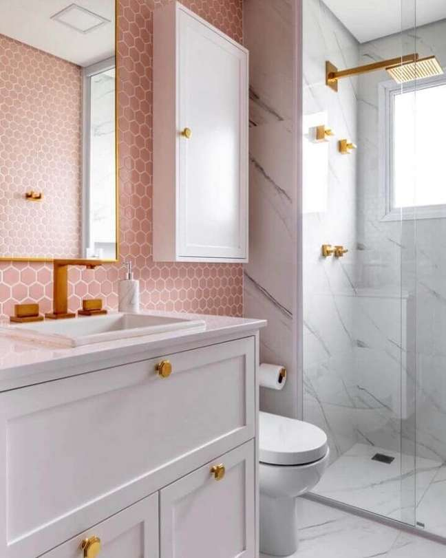59. Revestimento hexagonal para decoração de banheiro bonito rosa e branco – Foto: Andrea Murao