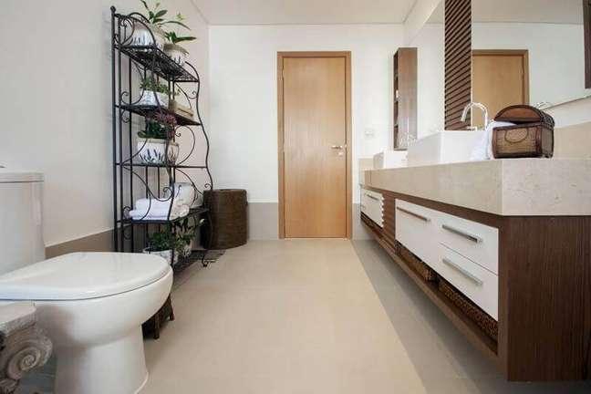 29. Decoração de banheiro simples e bonito com armário de ferro antigo – Foto: Arquitetura 8 – Ana Spagnuolo e Marcos Ribeiro