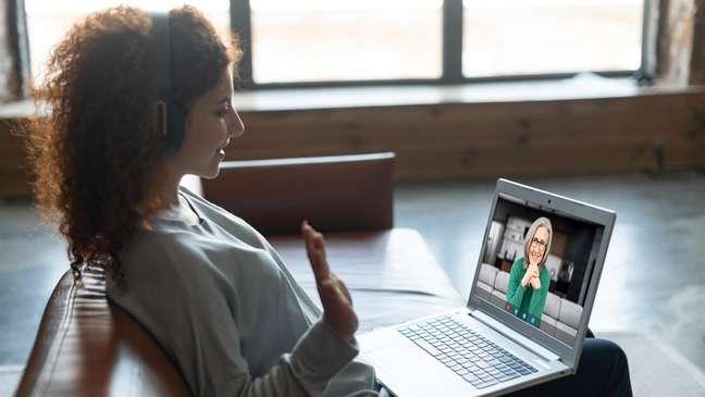 Dos mujeres se comunican por videollamada.