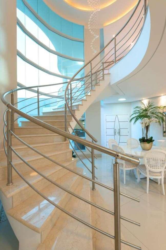 52. Casa com escada e mesa de jantar decorada com vaso de flor para sala – Foto Aquiles Nicolas Kilaris