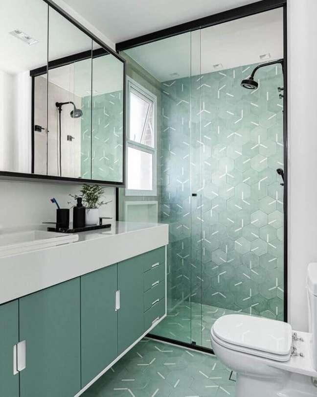 33. Decoração moderna para banheiro bonito verde e branco – Foto: Duda Senna