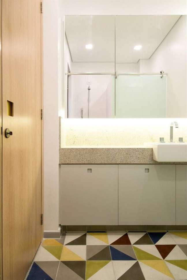 30. Decoração de banheiro simples e bonito com piso colorido – Foto: A.M Studio Arquitetura