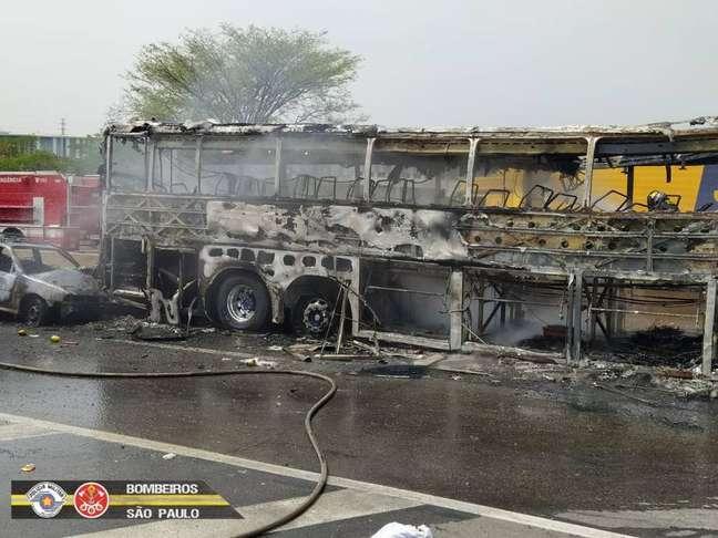 Engavetamento entre carros, caminhão e ônibus deixou seis mortos na rodovia Presidente Dutra