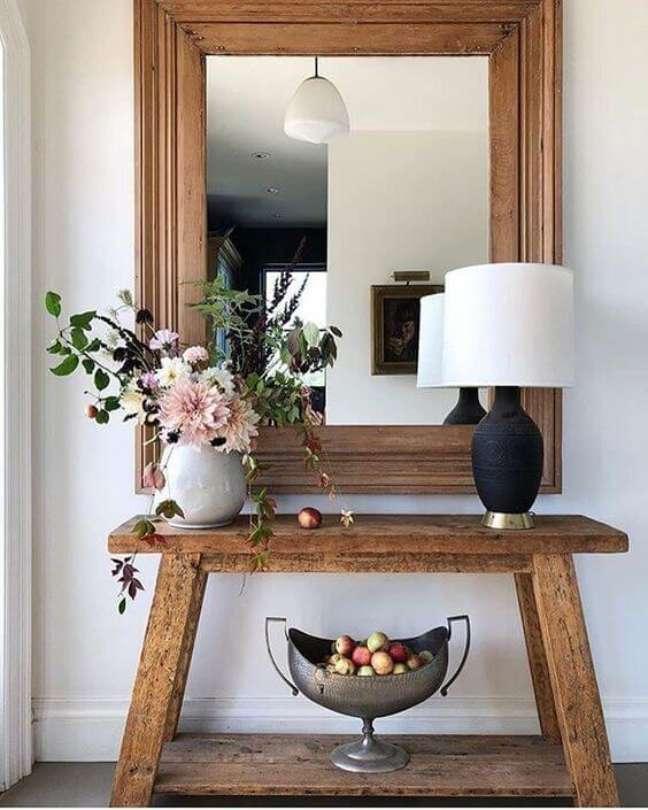 55. Aparador rustico de madeira com vaso de flores na decoração charmosa – Foto Beach Prety