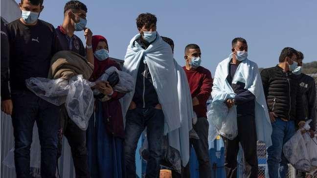 Muitos migrantes cruzam o Canal da Mancha em barcos cada vez mais precários
