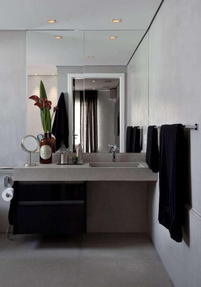 34. Espelho grande para decoração de banheiro bonito e moderno em tons de cinza – Foto: Marcelo Rosset Arquitetura