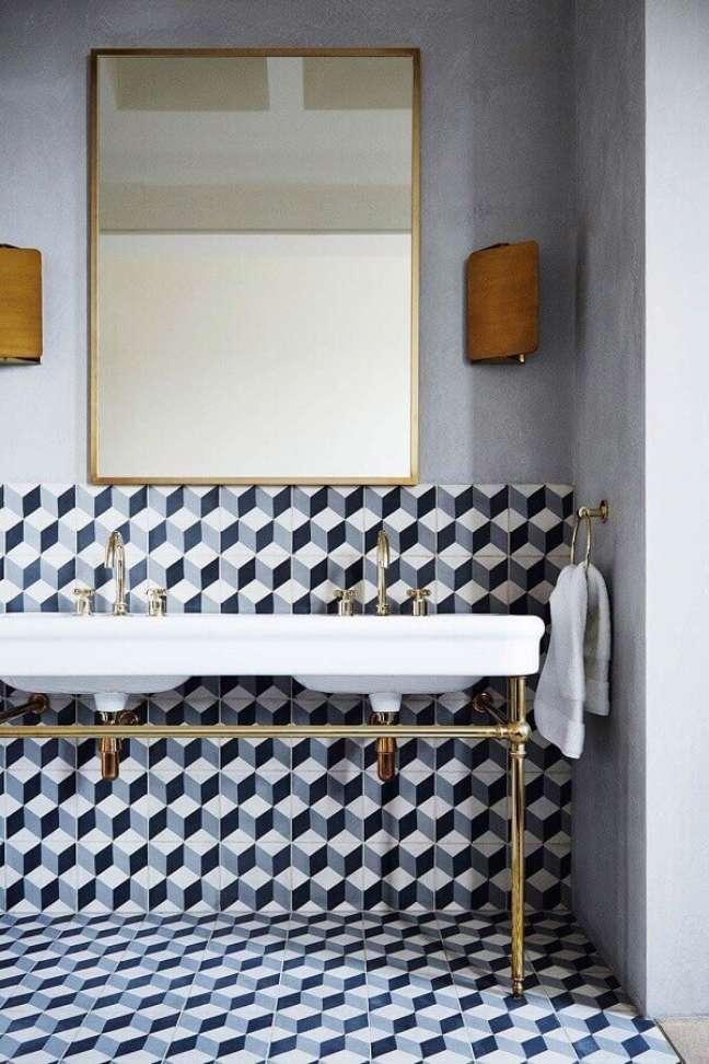57. Revestimento estampado para decoração de banheiro bonito – Foto: House & Garden Magazine