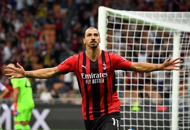 Após quatro meses fora, Zlatan Ibrahimovic voltou a campo e marcou um dos gols do Milan na vitória sobre a Lazio.