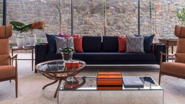 24. Sofá azul marinho e decoração com vaso de flor para sala moderna Foto Bruno Carvalho