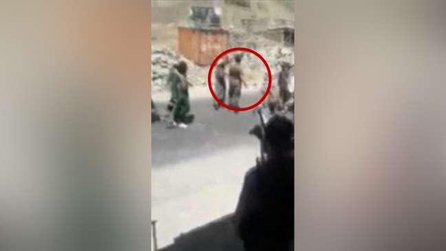 Momentos depois, Abdul Sami, visto no círculo vermelho, foi morto a tiros