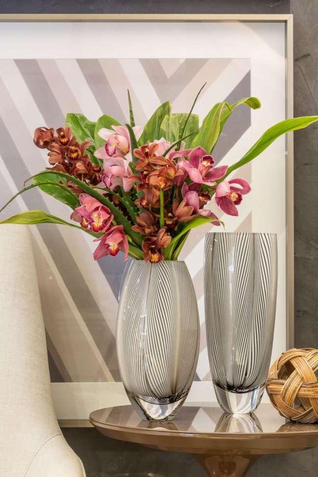 46. Vaso de flores para canto de sala na mesa lateral perto da poltrona – Foto Cristais Cadoro