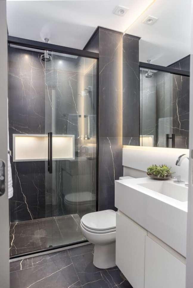 17. Banheiros pequenos e bonitos decorado com mármore cinza – Foto: Altera Arquitetura