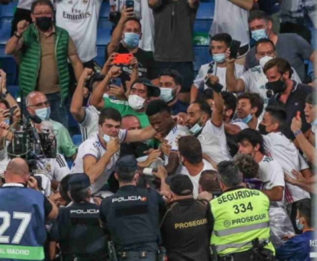 Vinícius Jr. levou cartão amarelo após comemorar gol com a torcida (Foto: Reprodução / Instagram)