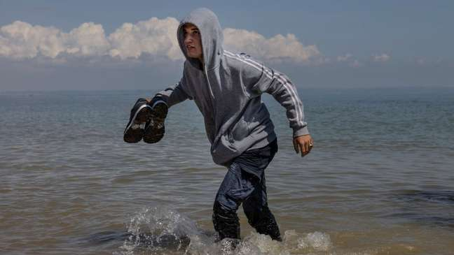 Migrantes arriscam suas vidas para cruzar o Canal da Mancha e obter asilo em solo inglês