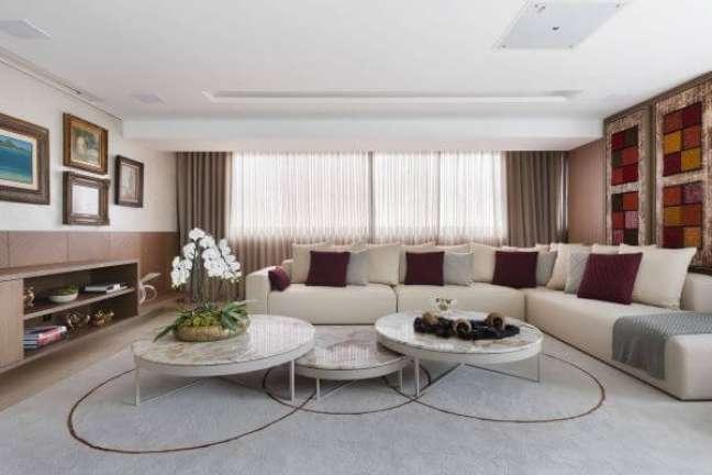32. Vaso de flor para sala com orquídea e sofá em l off white – Foto Mis Arquitetura e Interiores