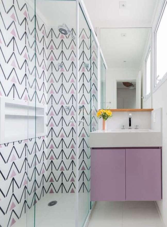 2. Decoração branco e lilás para banheiro pequeno e bonito – Foto: Duda Senna