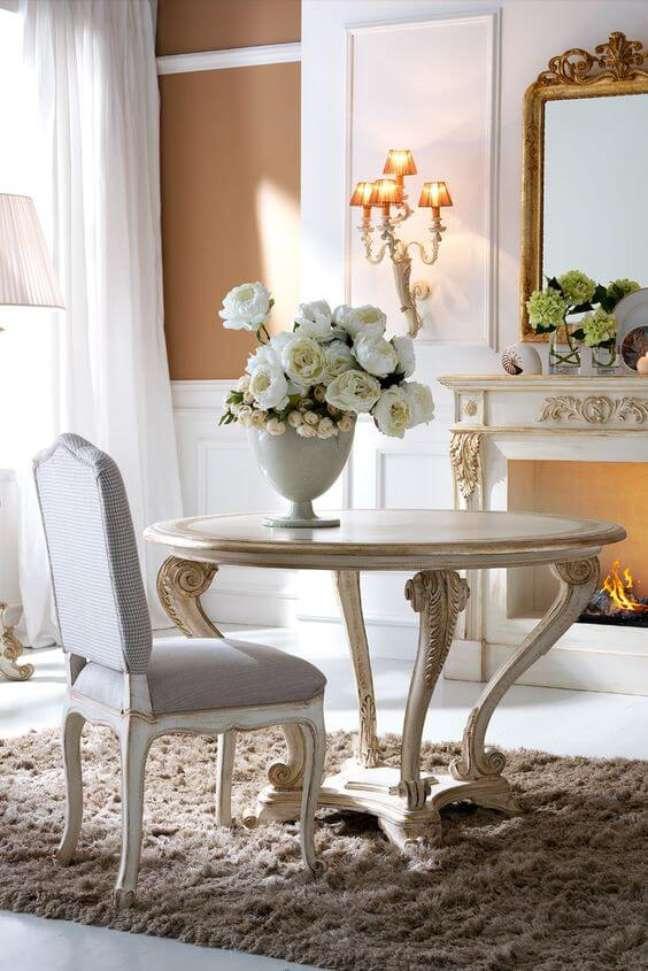 21. Sala de jantar pequena com móveis vintage e enfeites delicados – Foto Juliettes Interes