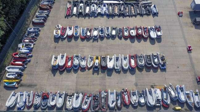 Barcos usados por migrantes para cruzar o Canal da Mancha armazenados em Dover, na Inglaterra