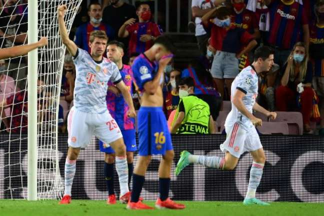 Lewandowski marcou duas vezes em vitória do Bayern (Foto: LLUIS GENE / AFP)