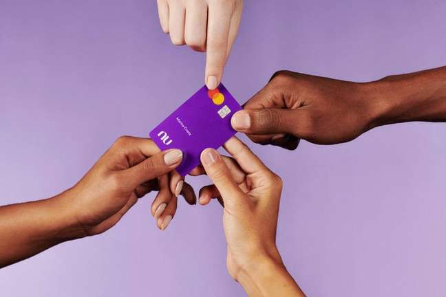 Nubank é conhecido pelo cartão de crédito, batizado de 'roxinho'