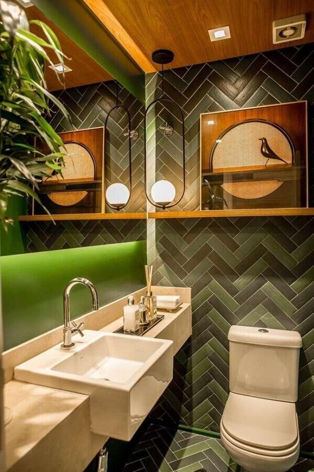 3. Luminária moderna para decoração de banheiro bonito em tons de verde – Foto: Fernanda Peçanha