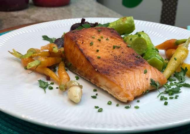 Guia da Cozinha - Salmão com minivegetais para uma refeição saudável e deliciosa