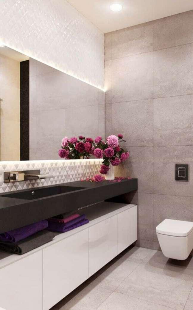 64. Vasos de flores para decoração em cores claras de banheiro bonito – Foto: Home Fashion Trend