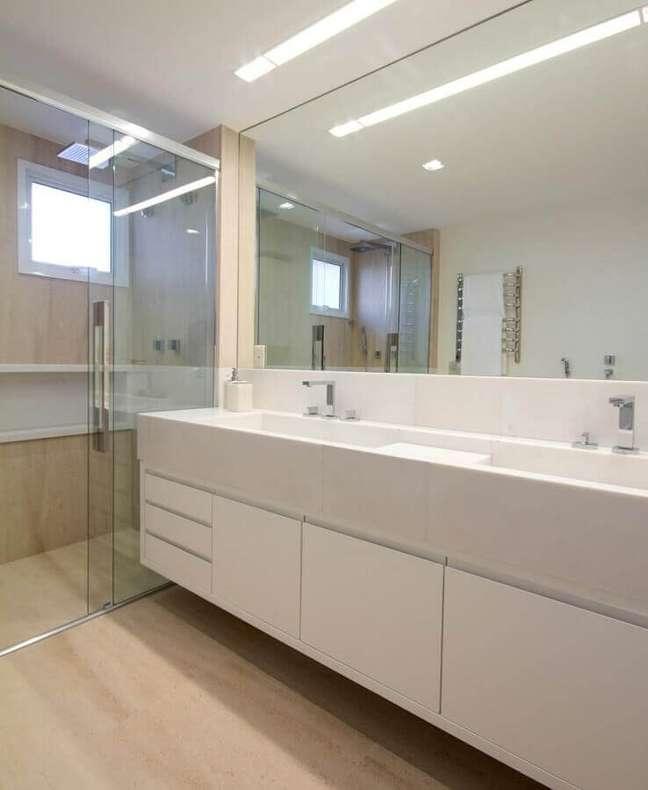 23. Decoração clean para banheiro simples e bonito com piso de madeira clara – Foto: Marilia Veiga Interiores
